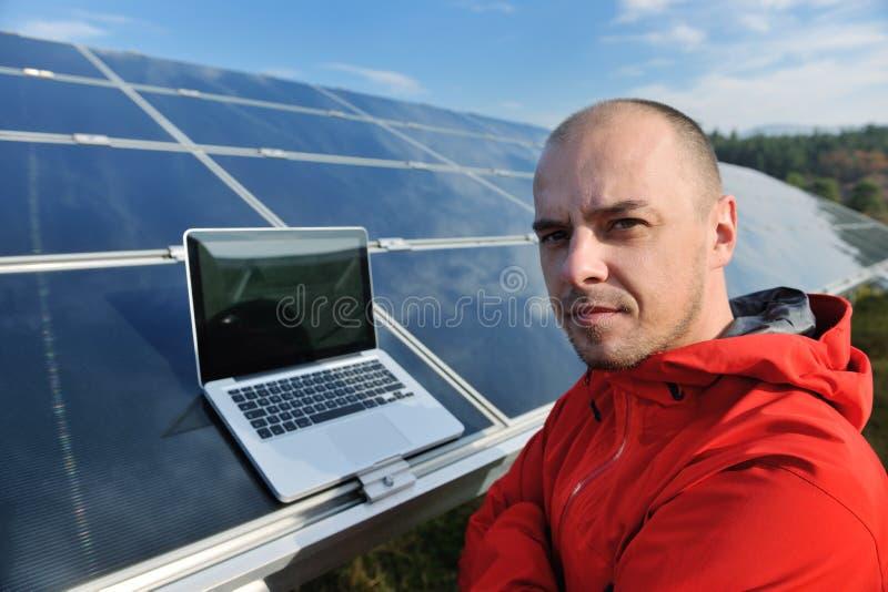 οι επιτροπές lap-top πεδίων μηχανικών η ηλιακή χρησιμοποίηση στοκ εικόνα με δικαίωμα ελεύθερης χρήσης