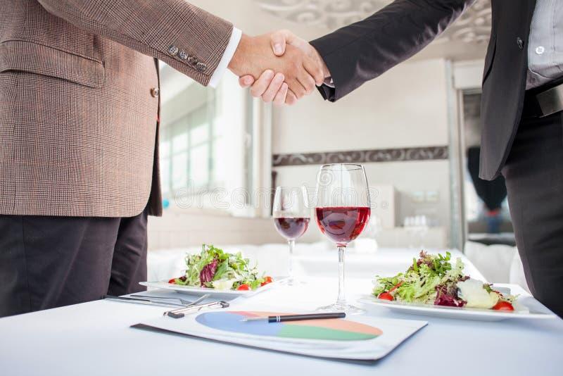 Οι επιτυχείς επιχειρηματίες υπογράφουν μια σύμβαση μέσα στοκ φωτογραφία