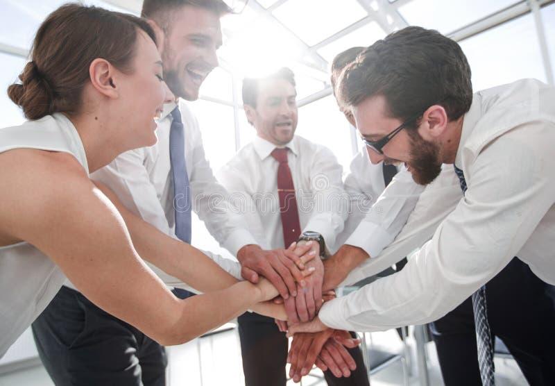 Οι επιτυχείς συνάδελφοι ενώνουν τα χέρια τους από κοινού στοκ εικόνες