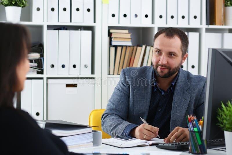 Οι επιχειρηματίες έχουν μια γυναίκα συζήτησης να δώσει τη συνέντευξη στο διευθυντή θα επιθυμούσαν να πάρουν τη νέα θέση στοκ φωτογραφίες με δικαίωμα ελεύθερης χρήσης