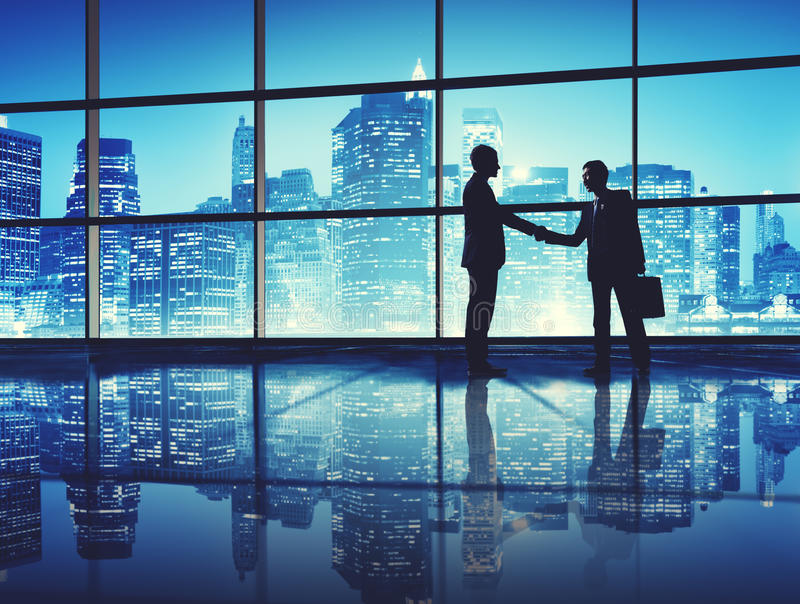 Οι επιχειρηματίες ασχολούνται την έννοια χαιρετισμού επιχειρησιακών χειραψιών στοκ φωτογραφία