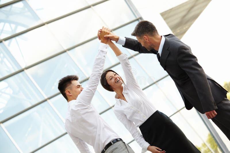 Οι επιχειρηματίες γιορτάζουν το επιτυχές πρόγραμμα εργασία ομάδων στοκ εικόνες