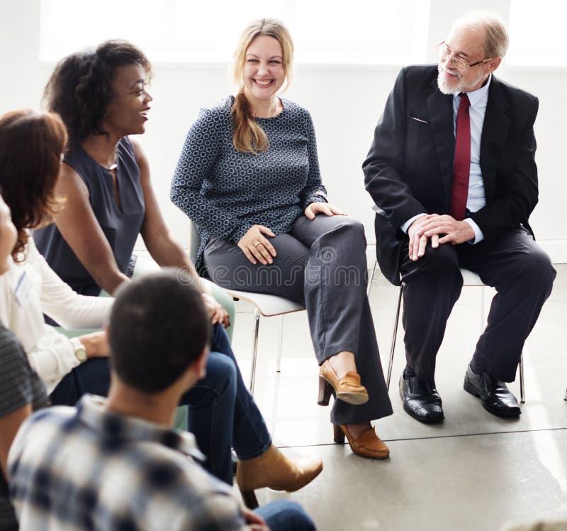 Οι επιχειρηματίες διοργανώνουν μια συζήτηση στοκ εικόνα με δικαίωμα ελεύθερης χρήσης
