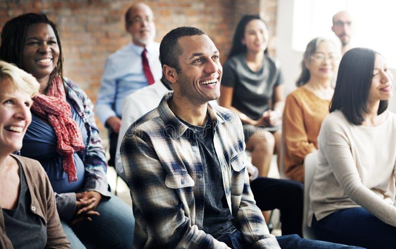 Οι επιχειρηματίες διοργανώνουν μια συζήτηση στοκ φωτογραφία με δικαίωμα ελεύθερης χρήσης