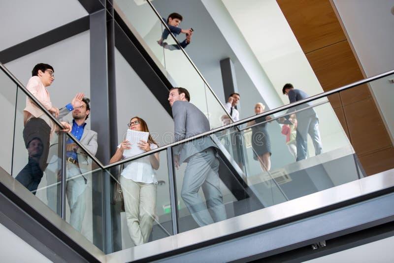 Οι επιχειρηματίες επιτυχίας διοργανώνουν τη συνεδρίαση στοκ φωτογραφία
