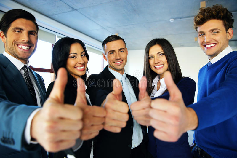 Οι επιχειρηματίες με τους αντίχειρες υπογράφουν επάνω στοκ φωτογραφία