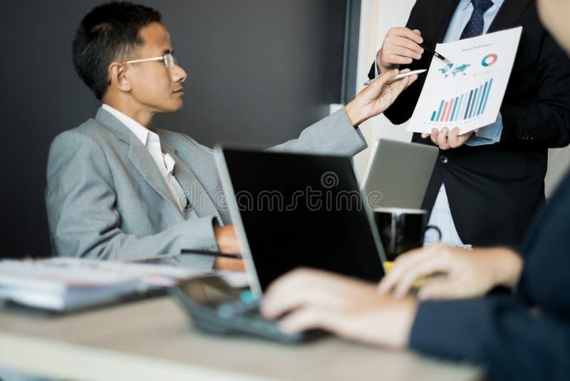 Οι επιχειρηματίες παρουσιάζουν τις επιχειρησιακές ιδέες στην ομάδα συνανμένος στο γραφείο, επιχειρησιακή έννοια στοκ φωτογραφίες με δικαίωμα ελεύθερης χρήσης