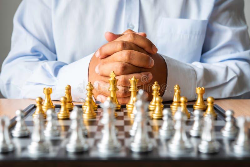 Οι επιχειρηματίες που προγραμματίζουν με ένα pla σκακιερών στοκ εικόνες