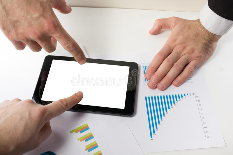 Οι επιχειρηματίες σε μια συνεδρίαση που αναλύει τις οικονομικές εκθέσεις συζητούν στοκ φωτογραφίες