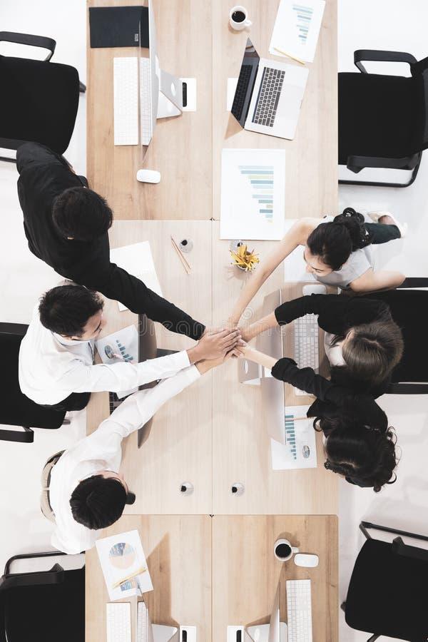 Οι επιχειρηματίες στην ομάδα δίνουν την εμπιστοσύνη σε άλλοι στοκ εικόνες με δικαίωμα ελεύθερης χρήσης