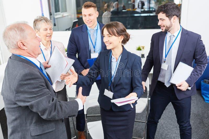 Οι επιχειρηματίες συγχαίρουν τον επιχειρησιακό σύμβουλο στοκ εικόνες