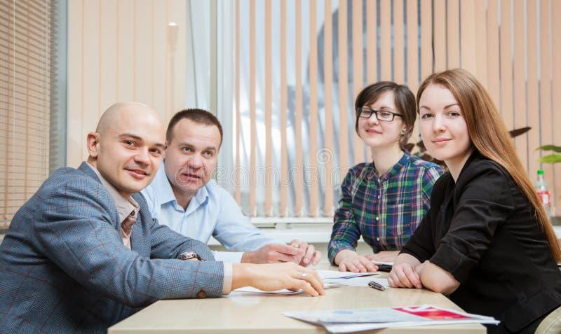 Οι επιχειρηματίες συζητούν ένα πρόγραμμα στοκ εικόνες με δικαίωμα ελεύθερης χρήσης