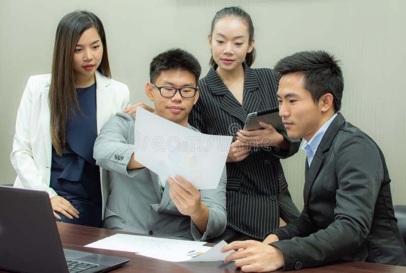 Οι επιχειρηματίες συναντιούνται στο δωμάτιο στοκ φωτογραφία με δικαίωμα ελεύθερης χρήσης