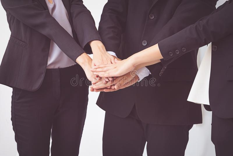 Οι επιχειρηματίες συντονίζουν τα χέρια Ομαδική εργασία έννοιας στοκ φωτογραφία