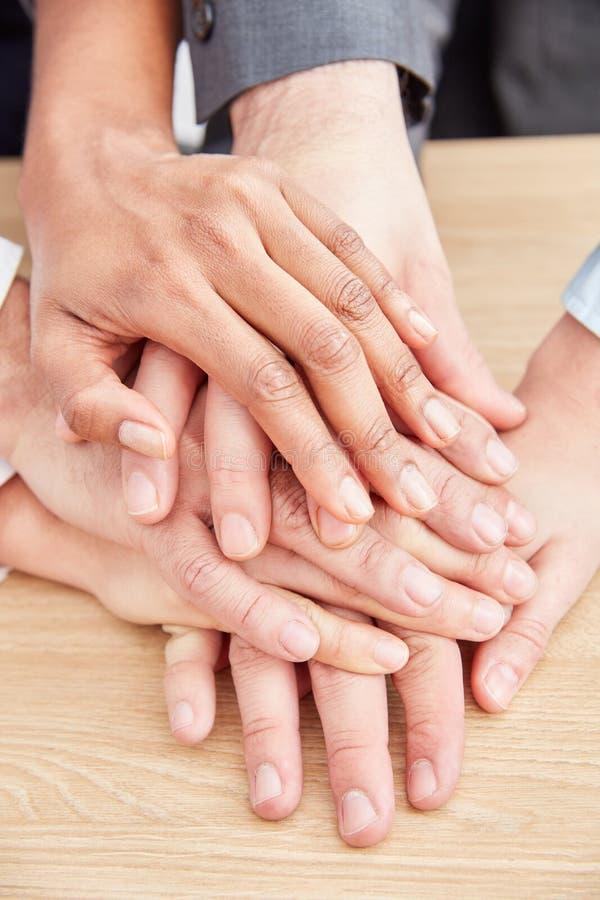Οι επιχειρηματίες συσσωρεύουν τα χέρια ως σημάδι για στοκ εικόνα με δικαίωμα ελεύθερης χρήσης