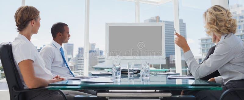 Οι επιχειρηματίες σύλλεξαν κατά τη διάρκεια μιας τηλεδιάσκεψης στοκ φωτογραφία με δικαίωμα ελεύθερης χρήσης
