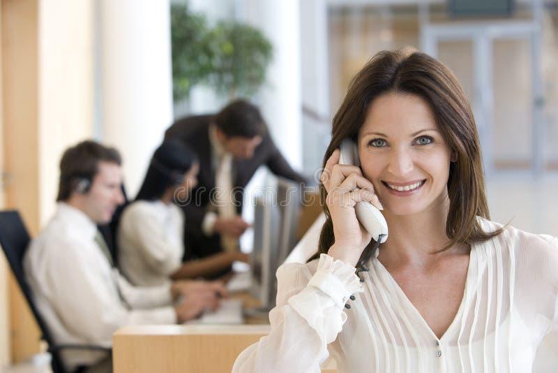 οι επιχειρηματίες τηλεφωνούν στοκ φωτογραφία