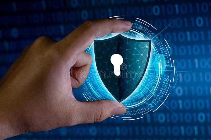 Οι επιχειρηματίες τινάζουν τα χέρια για να προστατεύσουν τις πληροφορίες στον κυβερνοχώρο Η ασπίδα εκμετάλλευσης επιχειρηματιών π στοκ φωτογραφίες με δικαίωμα ελεύθερης χρήσης