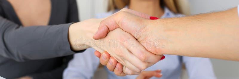 Οι επιχειρηματίες τινάζουν τα χέρια όπως γειά σου στην αρχή στοκ φωτογραφία με δικαίωμα ελεύθερης χρήσης