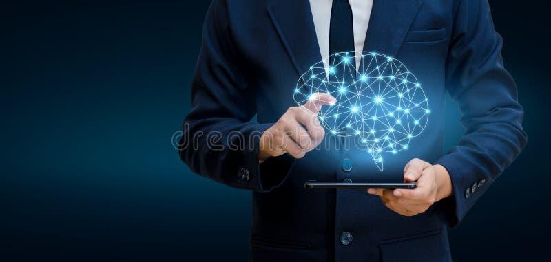 Οι επιχειρηματίες χεριών πιέζουν το τηλέφωνο Γραφική δυαδική μπλε τεχνολογία εγκεφάλου στοκ φωτογραφίες