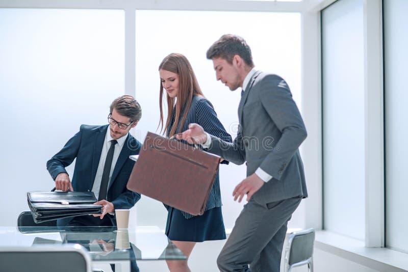 Οι επιχειρηματικοί εταίροι ετοιμάζονται να ξεκινήσουν διαπραγματεύσεις στοκ φωτογραφία