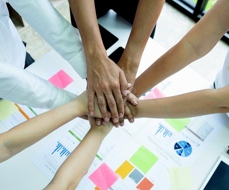 Οι επιχειρησιακές έννοιες, εργασία ομάδας είναι συσσωρευμένα χέρια στοκ φωτογραφία με δικαίωμα ελεύθερης χρήσης