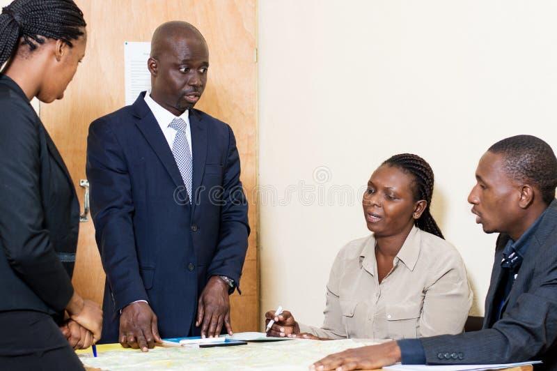 Οι επιχειρησιακοί συνάδελφοι συναντιούνται για μια συνεδρίαση στο γραφείο στοκ εικόνες με δικαίωμα ελεύθερης χρήσης