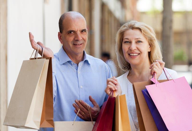 Οι εραστές συνδέουν μετά από το υπαίθριο χαμόγελο γύρου αγορών στοκ φωτογραφία με δικαίωμα ελεύθερης χρήσης