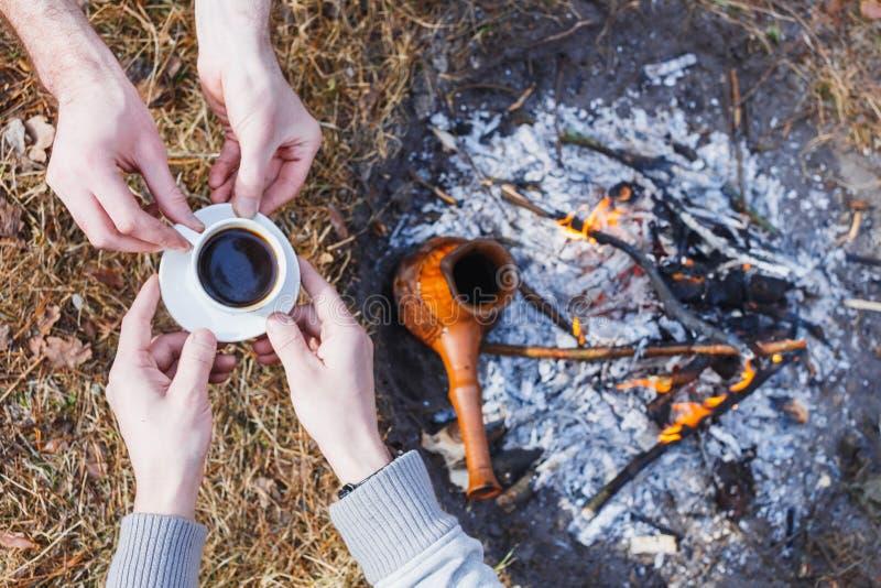 Οι εραστές των ατόμων κάνουν τον καφέ στην πυρκαγιά στον Τούρκο στοκ φωτογραφία