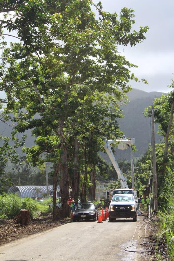 Οι εργαζόμενοι αποκαθιστούν τη ηλεκτρική δύναμη κοντά σε Palmer, Πουέρτο Ρίκο μετά από τον τυφώνα Μαρία στοκ εικόνες