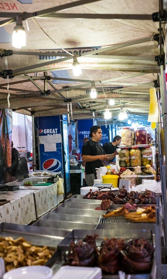 Οι εργαζόμενοι ενός καφέ γρήγορου φαγητού οδών εξυπηρετούν τους πελάτες στοκ εικόνες