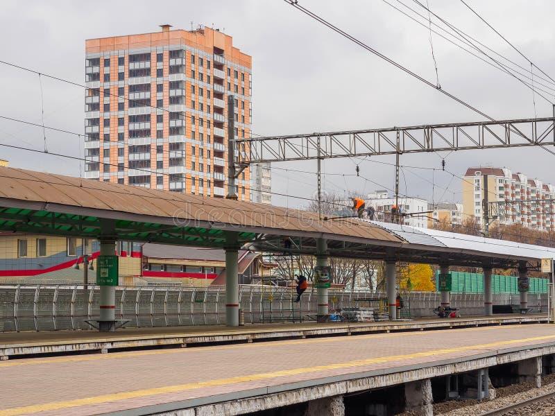 Οι εργαζόμενοι επισκευάζουν τη στέγη στο σιδηροδρομικό σταθμό Ρωσία, Μόσχα, τον Οκτώβριο του 2017 στοκ φωτογραφία με δικαίωμα ελεύθερης χρήσης