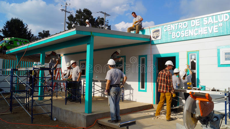Οι εργαζόμενοι ομαδικής εργασίας χτίζουν ένα κέντρο γιατρών στοκ φωτογραφίες
