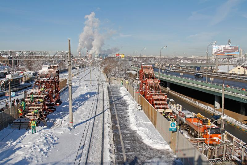 Οι εργαζόμενοι συγκεντρώνουν μια προσωρινή υπερυψωμένη γέφυρα πέρα από το σιδηρόδρομο σε Vidnoe στοκ φωτογραφίες