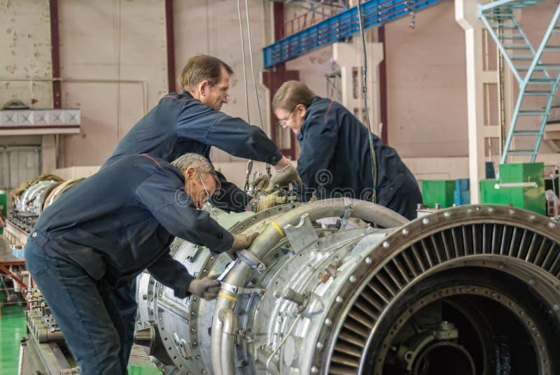 Οι εργαζόμενοι συγκεντρώνουν το στρόβιλο της μηχανής αεροπορίας στοκ εικόνες με δικαίωμα ελεύθερης χρήσης