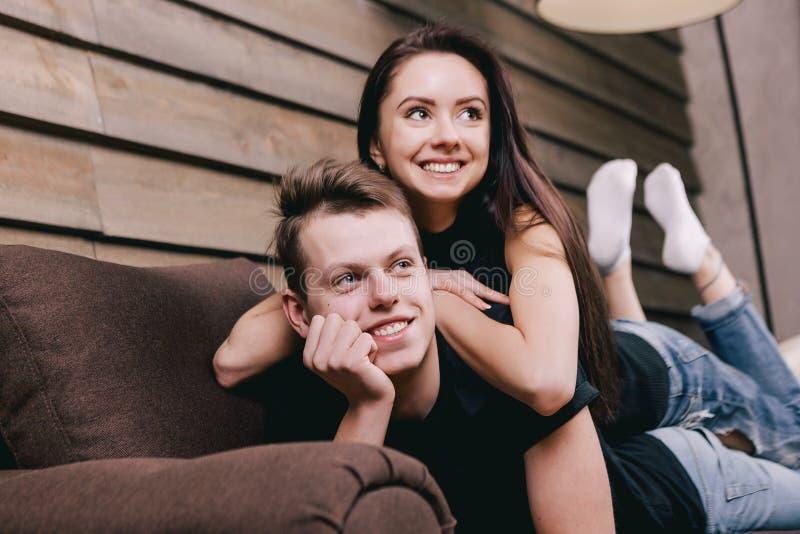 Οι ερωτευμένοι έφηβοι βρίσκονται στο κρεβάτι στο σπίτι στοκ εικόνες