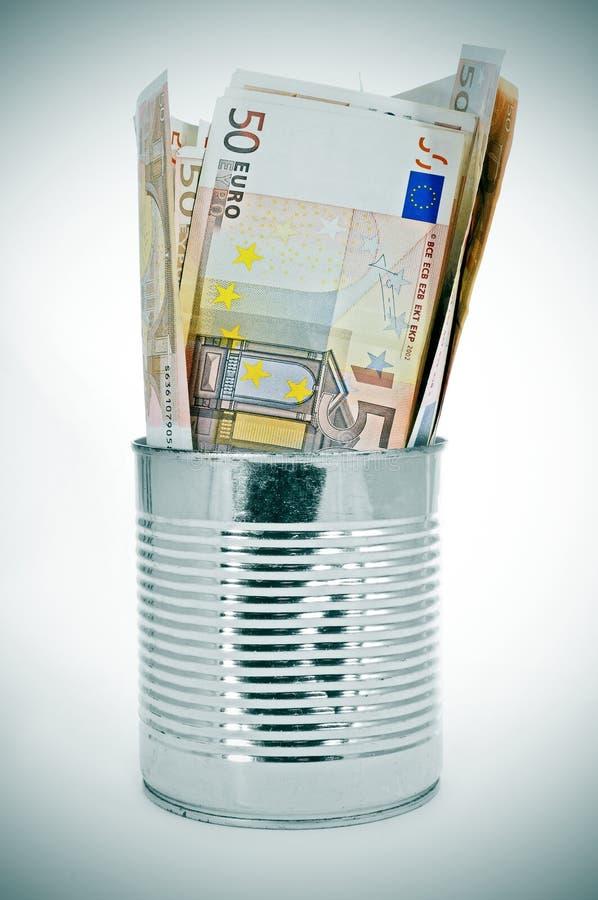Οι ευρο- λογαριασμοί στο α μπορούν στοκ εικόνες