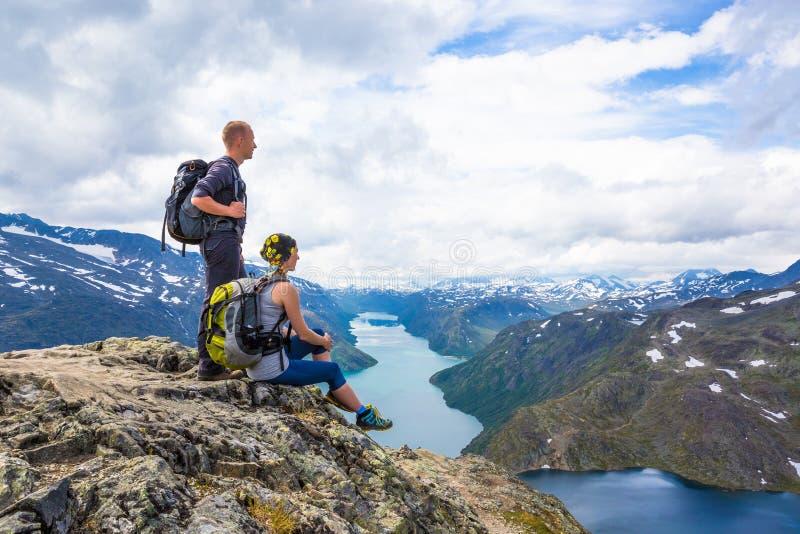Οι ευτυχείς άνθρωποι χαλαρώνουν στον απότομο βράχο κατά τη διάρκεια του ταξιδιού Νορβηγία Περιοχή Bessegen στοκ φωτογραφία με δικαίωμα ελεύθερης χρήσης