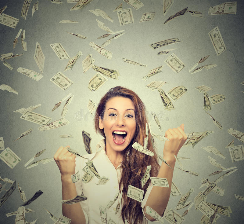 Οι ευτυχείς αντλώντας πυγμές γυναικών exults εκστατικές γιορτάζουν την επιτυχία κάτω από μια βροχή χρημάτων στοκ φωτογραφία