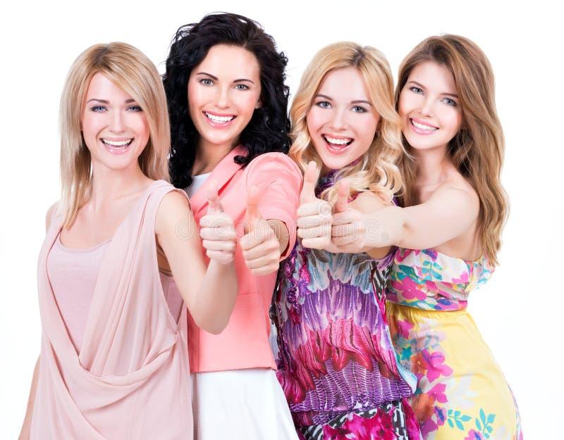 Οι ευτυχείς γυναίκες με τους αντίχειρες υπογράφουν επάνω στοκ φωτογραφία με δικαίωμα ελεύθερης χρήσης