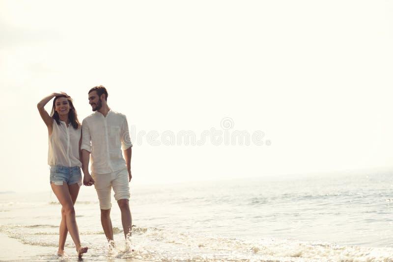 Οι ευτυχείς διακοπές παραλιών διασκέδασης συνδέουν το περπάτημα μαζί να γελάσουν έχοντας τη διασκέδαση στον προορισμό ταξιδιού στοκ εικόνα με δικαίωμα ελεύθερης χρήσης