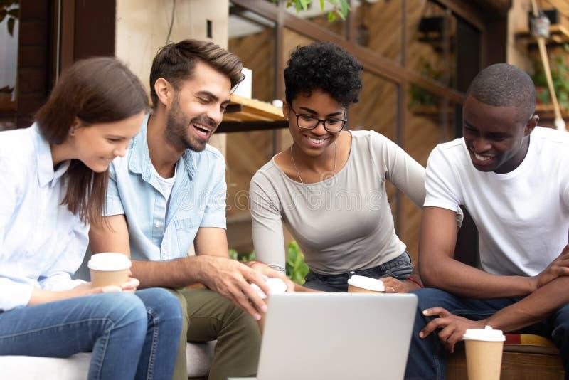 Οι ευτυχείς διαφορετικοί φίλοι έχουν τη χαλάρωση διασκέδασης στον καφέ στοκ εικόνα με δικαίωμα ελεύθερης χρήσης