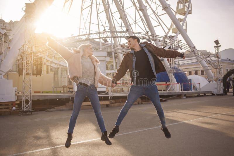 Οι ευτυχείς εραστές πετούν στα φτερά της αγάπης στοκ φωτογραφία με δικαίωμα ελεύθερης χρήσης