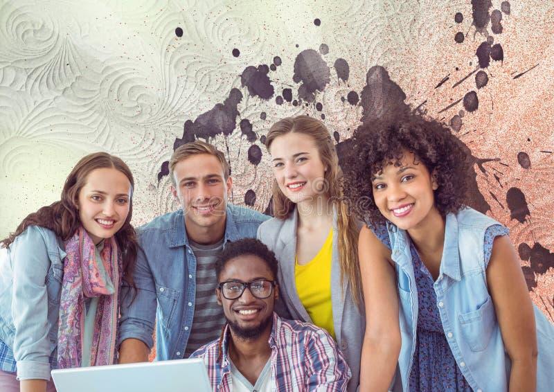Οι ευτυχείς νέοι σπουδαστές που χρησιμοποιούν έναν υπολογιστή ενάντια στο λευκό, το κόκκινο και την πορφύρα το υπόβαθρο στοκ φωτογραφία