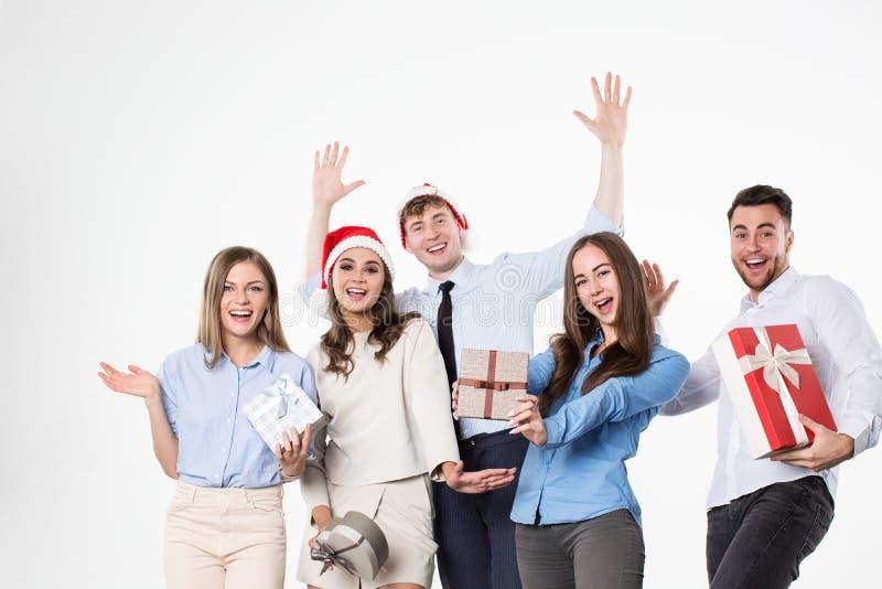 Οι ευτυχείς φίλοι γιορτάζουν τα Χριστούγεννα και το νέο έτος στοκ εικόνες