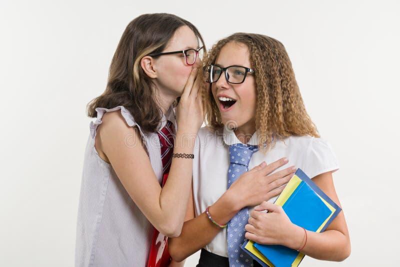 Οι ευτυχείς φίλοι γυμνασίου είναι έφηβη, συζήτηση και μυστικό στοκ φωτογραφία