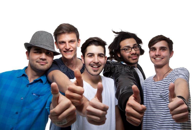 Οι ευτυχείς φίλοι που εμφανίζουν αντίχειρα υπογράφουν επάνω στοκ φωτογραφία με δικαίωμα ελεύθερης χρήσης