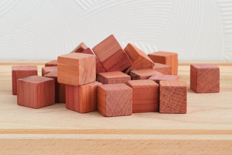 Οι ευώδεις κύβοι αναψυκτικών ντουλαπών φιαγμένοι από φυσικό ξύλο κέδρων μολυβιών, κλείνουν επάνω στο ξύλινο υπόβαθρο στοκ φωτογραφία με δικαίωμα ελεύθερης χρήσης