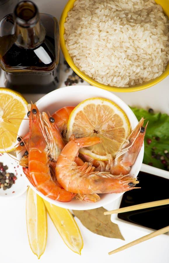 Οι εύγευστες φρέσκες μαγειρευμένες γαρίδες προετοιμάστηκαν να φάνε στοκ φωτογραφίες