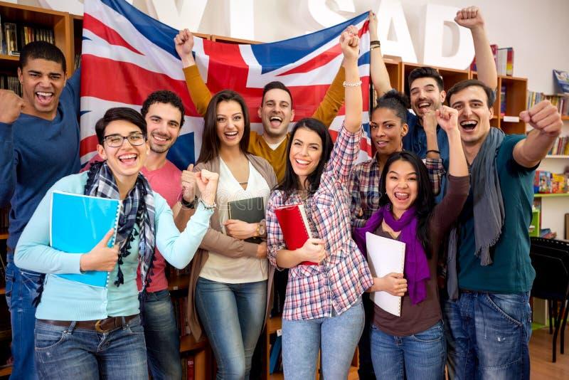 Οι εύθυμοι βρετανικοί σπουδαστές γιορτάζουν τη νίκη στοκ εικόνες